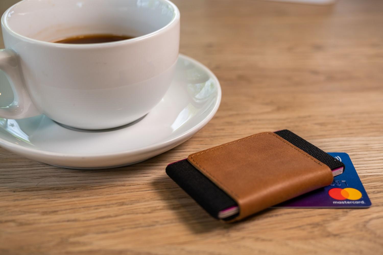 Kožená peněženka FIXED Tiny Wallet for AirTag z pravé hovězí kůže, hnědá