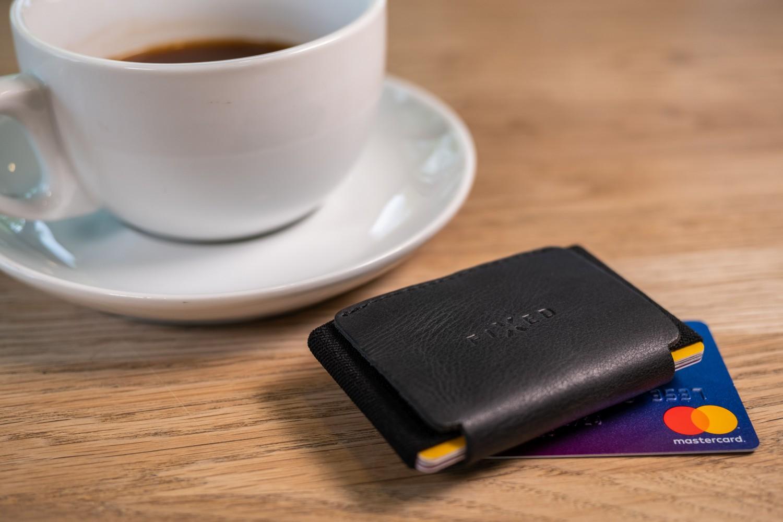 Kožená peněženka FIXED Tiny Wallet for AirTag z pravé hovězí kůže, černá