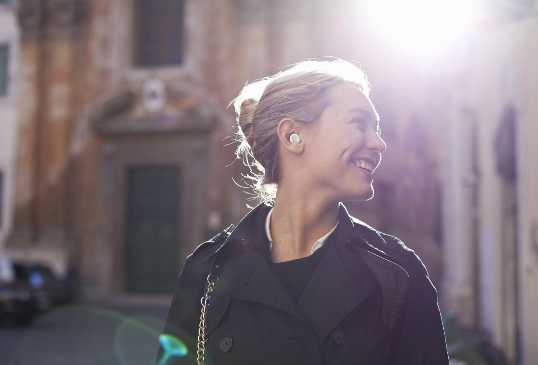 True Wireless sluchátka Cellularline Evade s dobíjecím pouzdrem, bílá