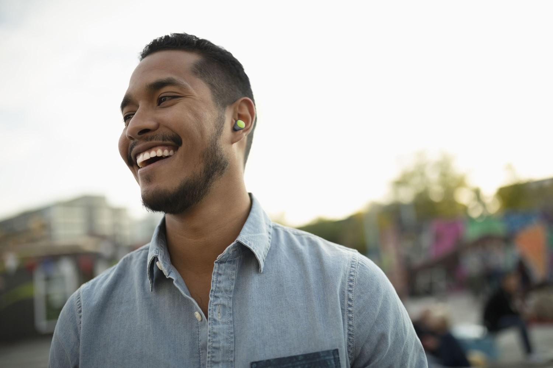 True Wireless sluchátka Cellularline Evade s dobíjecím pouzdrem, limetková