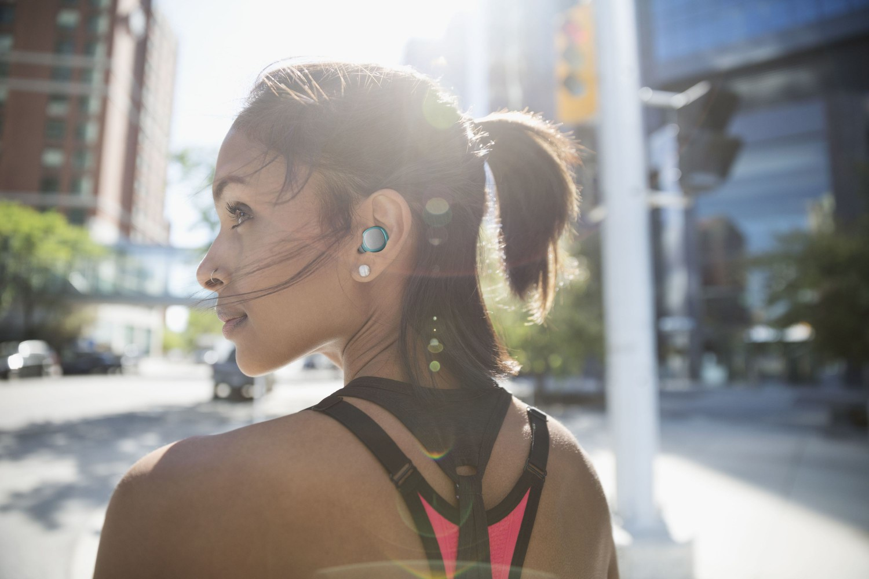 True Wireless sluchátka Cellularline Evade s dobíjecím pouzdrem, zelená